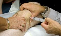 введение гиалуроновой кислоты в колено
