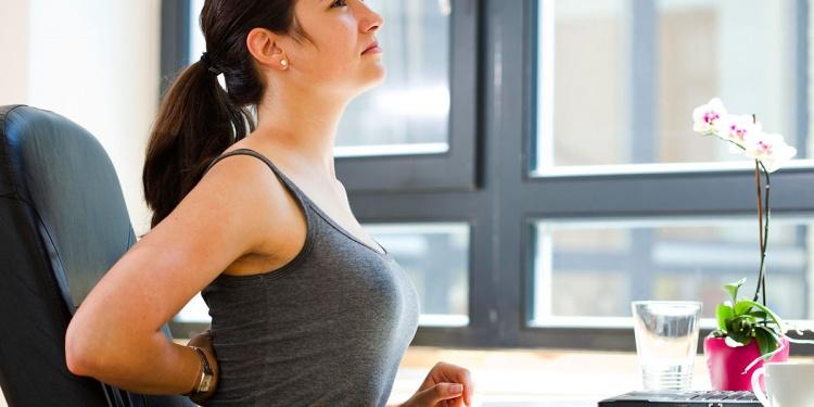 по мере роста, кистозное образование проявляется в болях в спине