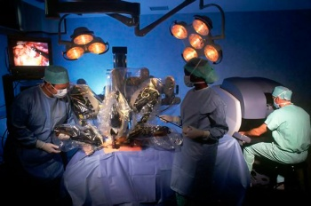 полностью устранить кисту можно с помощью хирургической операции